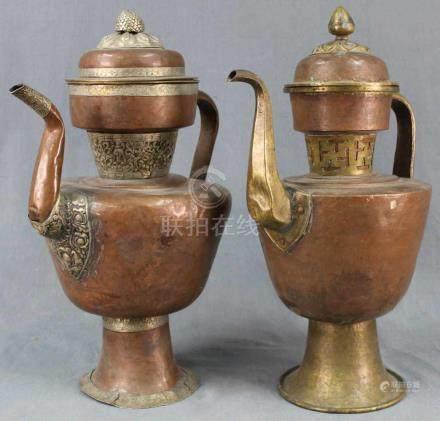 2 Wasserkannen. Kupfer. Tibet, alt.Bis 48 cm hoch.2 water jugs. Copper. Tibet, old.Up to 48 cm