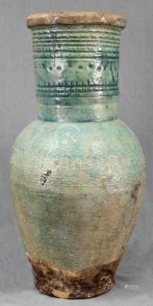 Amphore / Vase. Steingut. Türkisfarbene Glasur. Wohl Iran / Zentralasien um 1100.57 cm hoch.