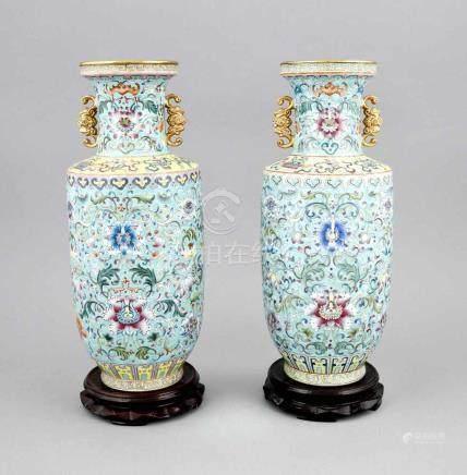 Paar Famille-Rose-Vasen, China, 19./20. Jh., mit apokrypher Qianlong-Siegelmarke inKobaltblau.