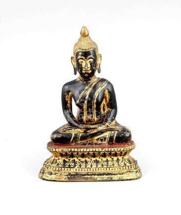Buddha auf Lotossitz, Thailand, 18/19. Jh., rot und schwarz lackierte Bronze mit Resteneiner