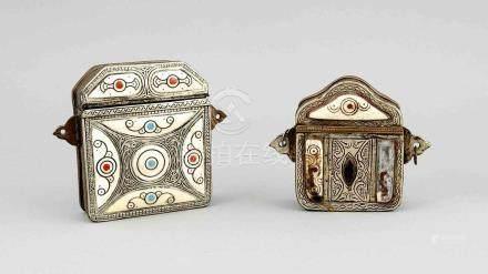 2 Gaus, Tibet, 19./20. Jh., 1 x Kupferkorpus mit versilberter Front, vierpassig aufgeteiltmit