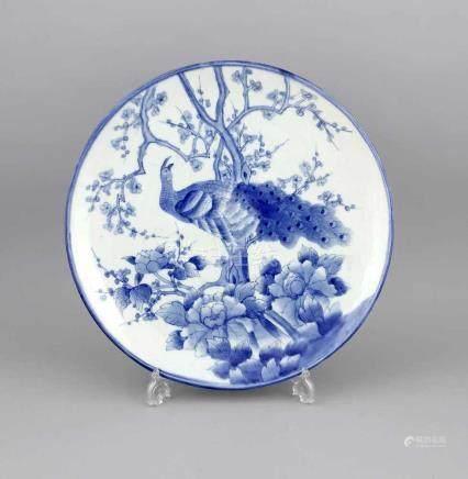 Großer Blau-Weiß-Teller, Japan, 19. Jh., Porzellan mit unterglasurblauer Bemalung, leichtgewölbt,
