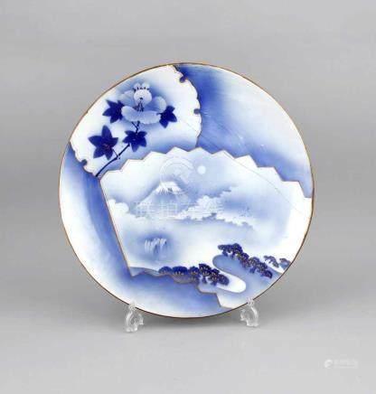 Großer Teller, Japan, um 1900, Porzellan, leicht gemuldete Form mit ausgesteller Wandung,Spiegel und