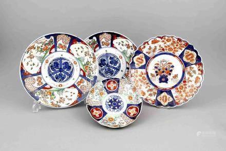 Vier Imari-Teller, Japan/China, 19. Jh. Porzellan, unterglasurblaue, polychrome Aufglasur-und
