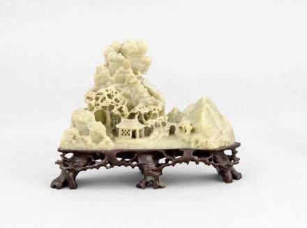 Specksteinschnitzerei einer Landschaft mit Bergen, China, 1. H. 20. Jh., blassgrünerSpeckstein/