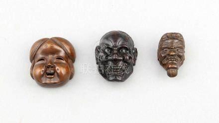 3 Miniatur No-Masken, Japan, 20. Jh., Buchsbaum, geschnitzt, verso jeweils sign., H. 3,7bis 5,1
