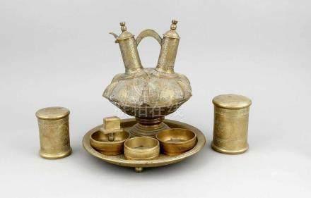 7-tlg. Rauchset, Südostasien, 19. Jh., Bronze, 1 flaches Tablett auf 3 Kugelfüßen Ø 27,6cm, 2