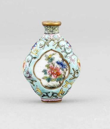 Miniatur Famille-Rose-Vase, China, 19./20. Jh., etwas flachgedrückte Baluster-Form.