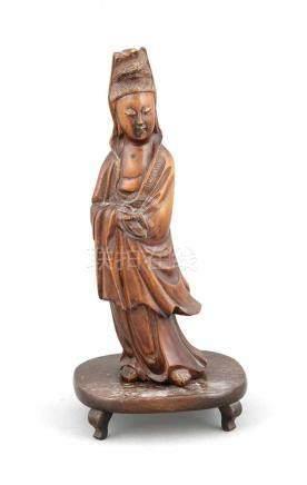 Guanyin, China, 19. Jh., Buchsbaum/Wurzelholz geschnitzt, auf 4-füßigem Holzsockel(gelöst), leicht