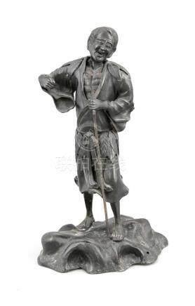 Figur eines Mannes mit Stock, Asien, 19./20. Jh., Zinnguss mit dunkler Patina, Mann imeinfachen