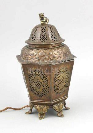 Weihrauchbrenner als Lampe montiert, China, 1. H. 20. Jh. Hexagonaler, durchbrochengearbeiteter