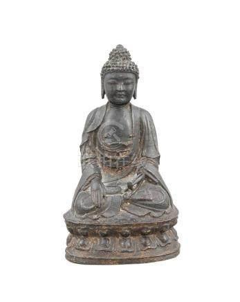Buddha, China, wohl Ming-zeitlich, 16.-17. Jh., Bronzeguss mit Resten einerFeuervergoldung, dunkle