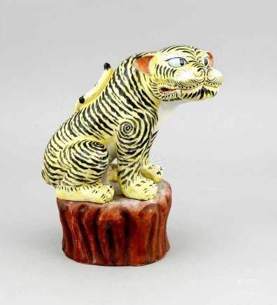 Kakiemon-Tiger, Japan, 19. Jh., gelber Emaillegrund mit schwarzen Streifen und Details inEisenrot (