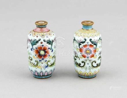 Paar Miniatur-Vasen, China, 19./20. Jh., mit apokrypher Qianlong-Siegelmarke in Eisenrot.Beide