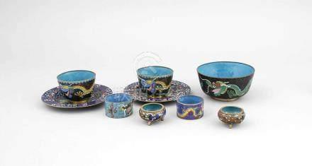 Cloisonné-Konvolut, China, 19./20. Jh., bestehend aus 2 kleinen Tellern mit floralem Dekorauf