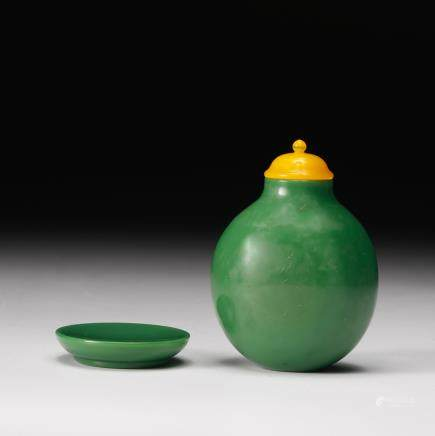 CHINESE GREEN GLASS SNUFF BOTTLE