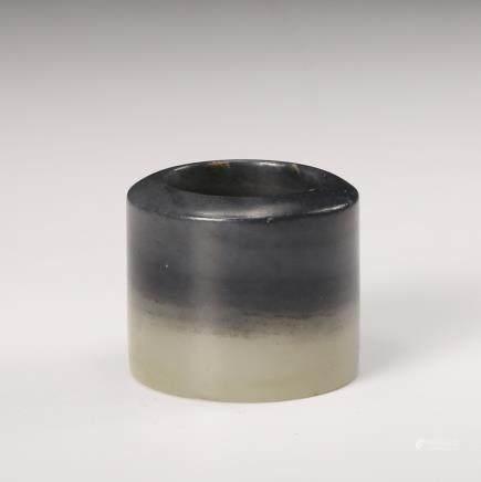 CHINESE BLACK AND WHITE JADE THUMB RING