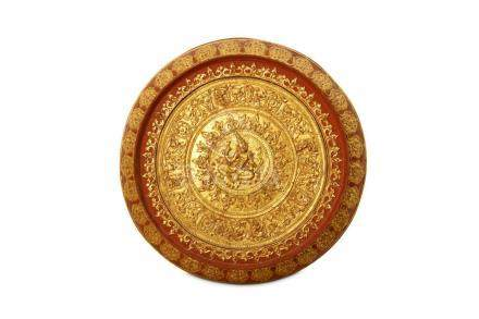 A LARGE CIRCULAR BURMESE RED LACQUER AND GILT WALL PLAQUE.