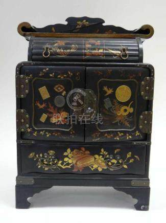 Japanisches Miniatur - KabinettMiniatur-Lackschrank, Kabinett, Japan um 1900. Zweitüriges Corpus mit
