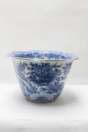 CHINE, grand cache-pot en calice à décor bleu et blanc de fleurs et d'oiseaux d