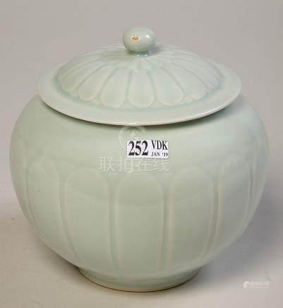Pot couvert en porcelaine céladon de Chine à décor