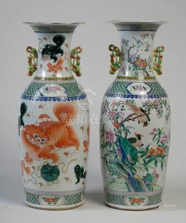 Paire de grands vases à deux anses en porcelaine p