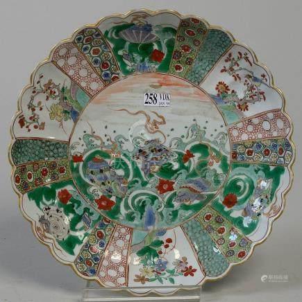 Plat rond ourlé en porcelaine polychrome de Kutani