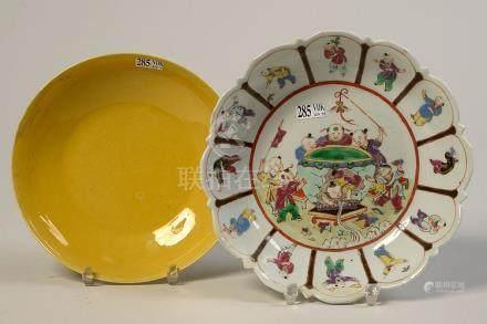 Un plat profond ourlé en porcelaine polychrome de