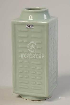 """Vase """"Cong"""" en porcelaine céladon de Chine. Marque"""