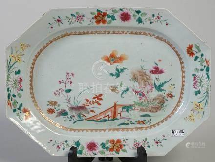 Un plat octogonal en porcelaine polychrome de Chin