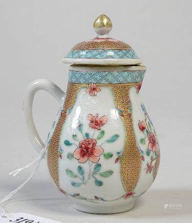 Petite verseuse en porcelaine polychrome de Chine