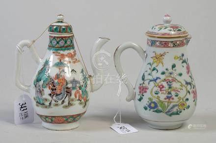 Une théière et une verseuse Qianlong en porcelaine