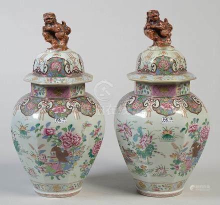 Paire de potiches couvertes en porcelaine polychro