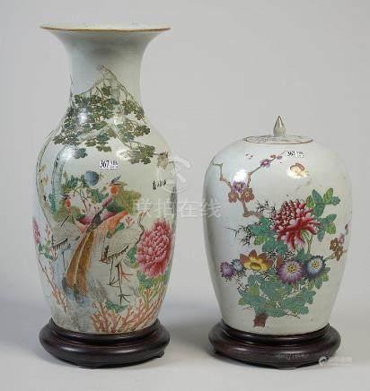 Un grand vase et un pot à gingembre en porcelaine