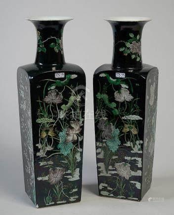 Paire de grands vases quadrangulaires en porcelain