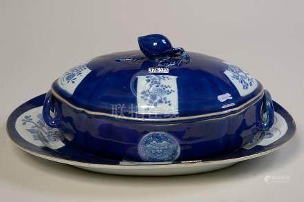 Un légumier et son présentoir en porcelaine bleue