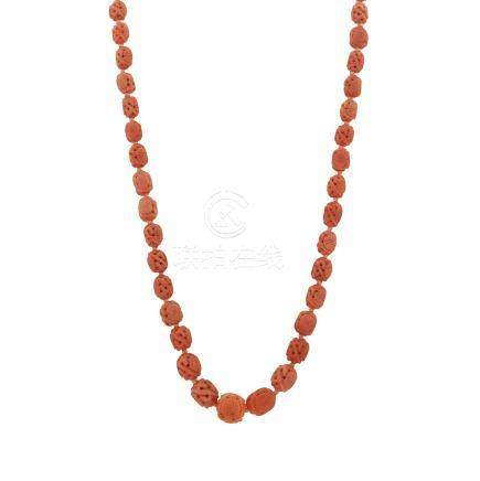 AN ANTIQUE CHINESE CARVED CORAL BEAD NECKLACE in yellow gold, comprising a single row of forty-