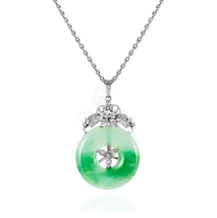 AN ANTIQUE CHINESE JADEITE JADE AND DIAMOND PENDANT AND CHAIN in 18ct white gold, the polished