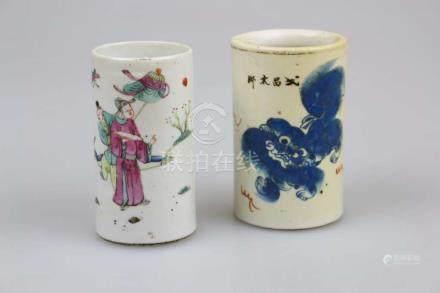 Zwei Pinselbecher, Porzellan, China, H. 11,5 cm.