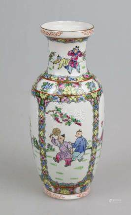 Balustervase, Porzellan, China, Familie rose, rote Vierkantmarkung am Stand. H. 26 cm.