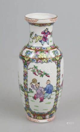 Balustervase, Porzellan, China, Familie rose, rote Vierkantmarkung am Stand. H. 26 cm.
