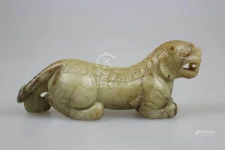 China, Bixie, weibliches Fabelwesen, China, Qing-Dynastie, jadeähnlicher Stein, L. ca. 21 cm.