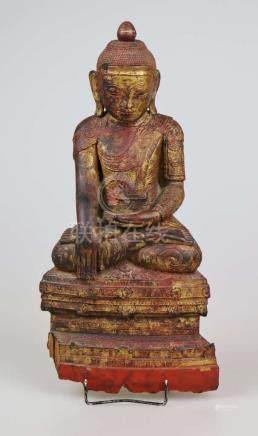 Buddha Amitayus im Lotussitz, Mandalay Region Burma 19. Jh., Holz mit Resten der rot-goldenen