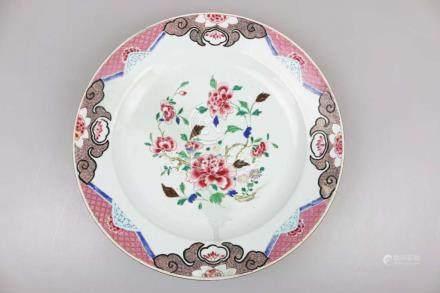 China, Qing-Dynasty, großer Famille Rose-Teller. Porzellan, polychrome Schmelzfarbenmalerei mit