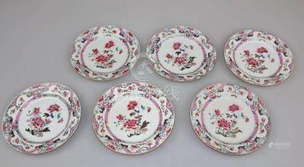 China, Qing-Dynast, 6 Famille Rose-Teller. Porzellan, Polychrome Schmelzfarbenmalerei mit Blumen-