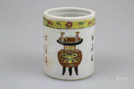 Pinselbecher, China, Porzellan, Familie Rosé, mit Gedichtzeile, quadratische Vierermarkung am Stand,
