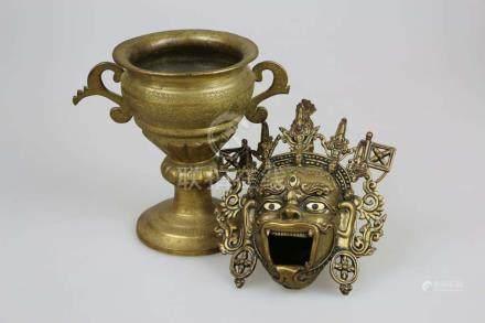 Fo Maske, Asien, Metall mit Applikationen, L. ca. 18 cm, dazu Henkelpokal (eine Handhabe gebrochen),