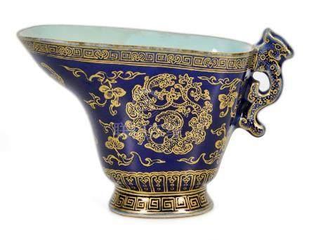 清乾隆 藍釉描金龍柄爵杯