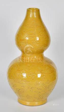 大明弘治款黃釉劃花魚藻紋葫蘆瓶