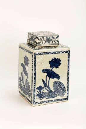 A QING DYNASTY STYLE BLUE AND WHITE PORCELAIN SQUARE JAR AND